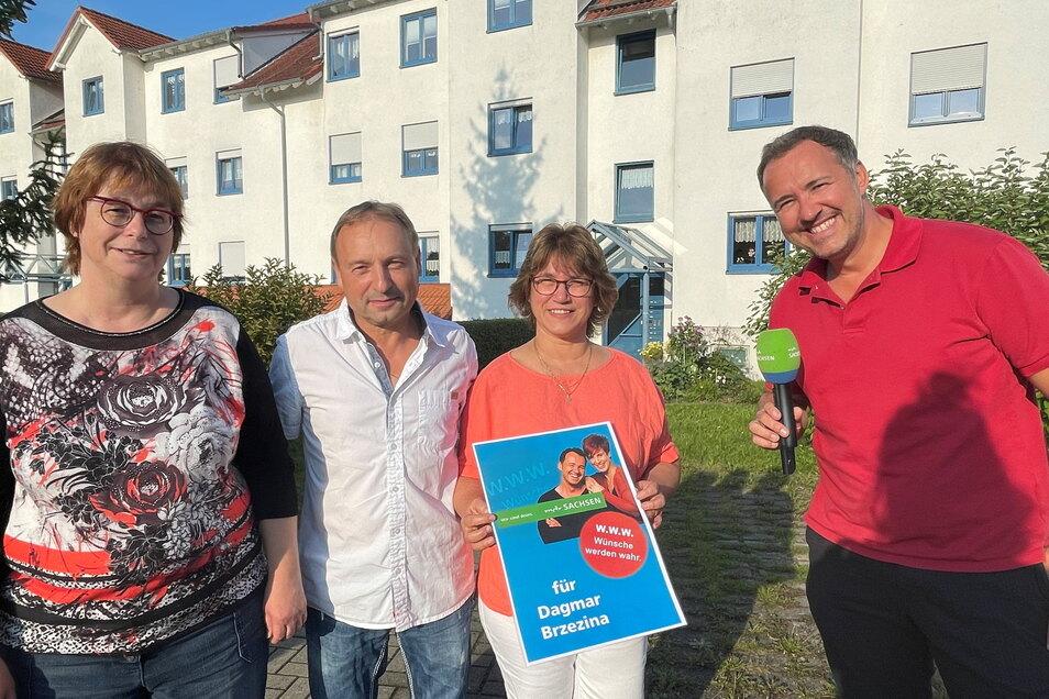 Petra Ebert (links) hat ihre Schwester Dagmar und ihren Mann Michael bei der Aktion angemeldet. MDR-Sachsen-Moderator Silvio Zschage (rechts) hat die beiden mit einem Candle-Light-Dinner überrascht.