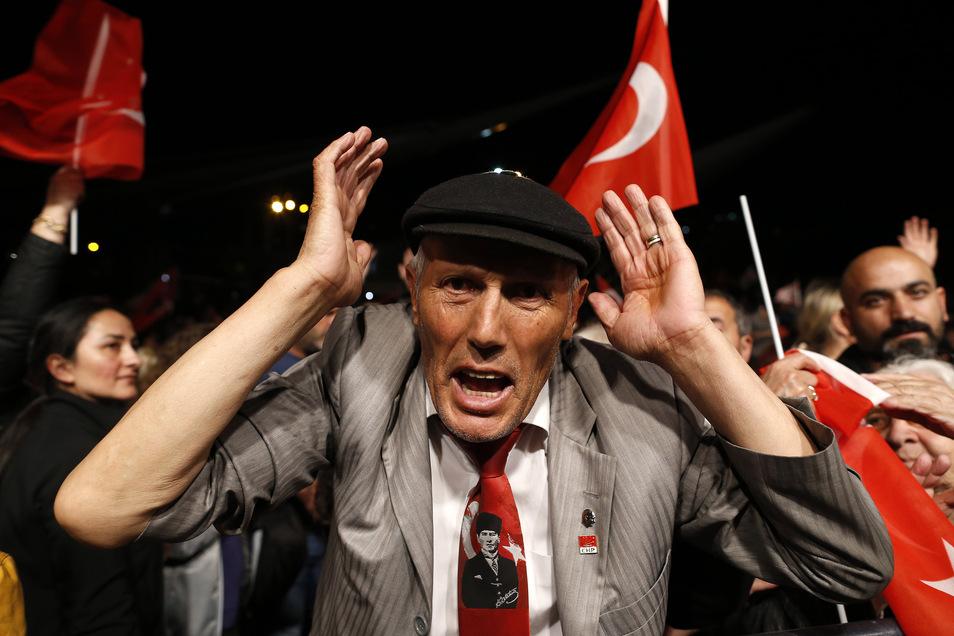 Ein Anhänger von Imamoglu, Bürgermeister der Republikanischen Volkspartei (CHP) in Istanbul, nimmt an einer Kundgebung teil.