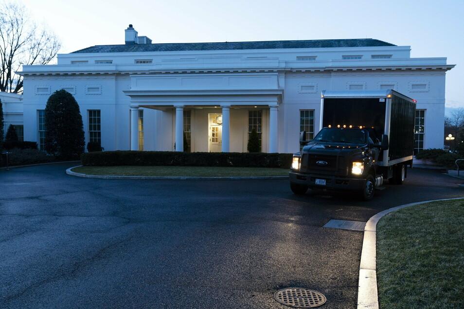 Am Morgen der Amtseinführung des designierten US-Präsidenten Biden fährt ein Umzugswagen vom Westflügel des Weißen Hauses weg.