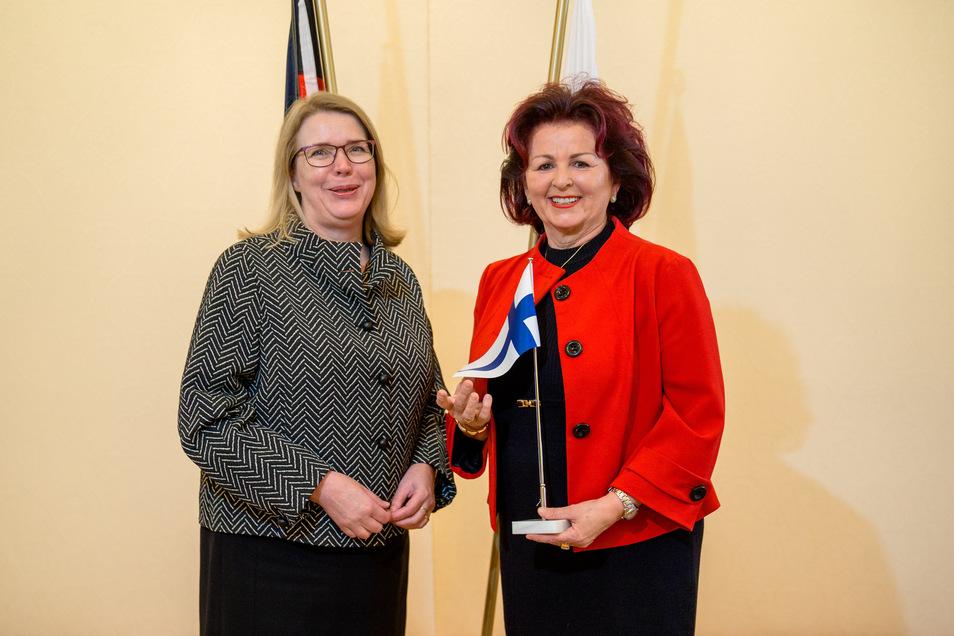 Die finnische Botschafterin Anne Sipiläinen gratulierte der neuen Honorarkonsulin Viola Klein.