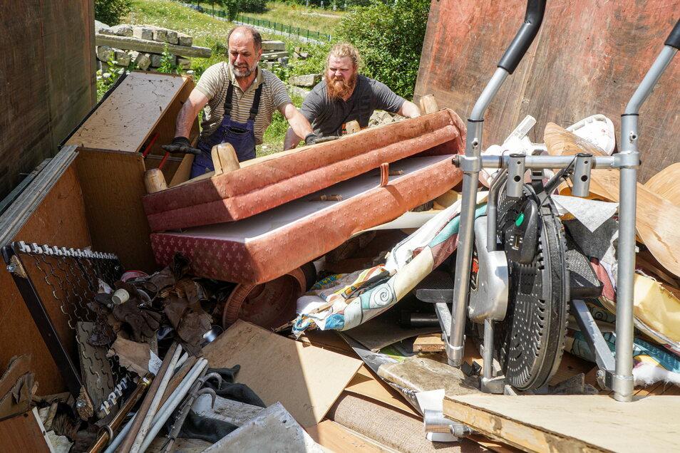 Auf dem Wilthener Bauhof hat die Stadtverwaltung einen großen Container aufstellen lassen. Hier können betroffene Einwohner und Gewerbetreibende ihren Sperrmüll kostenfrei entsorgen.