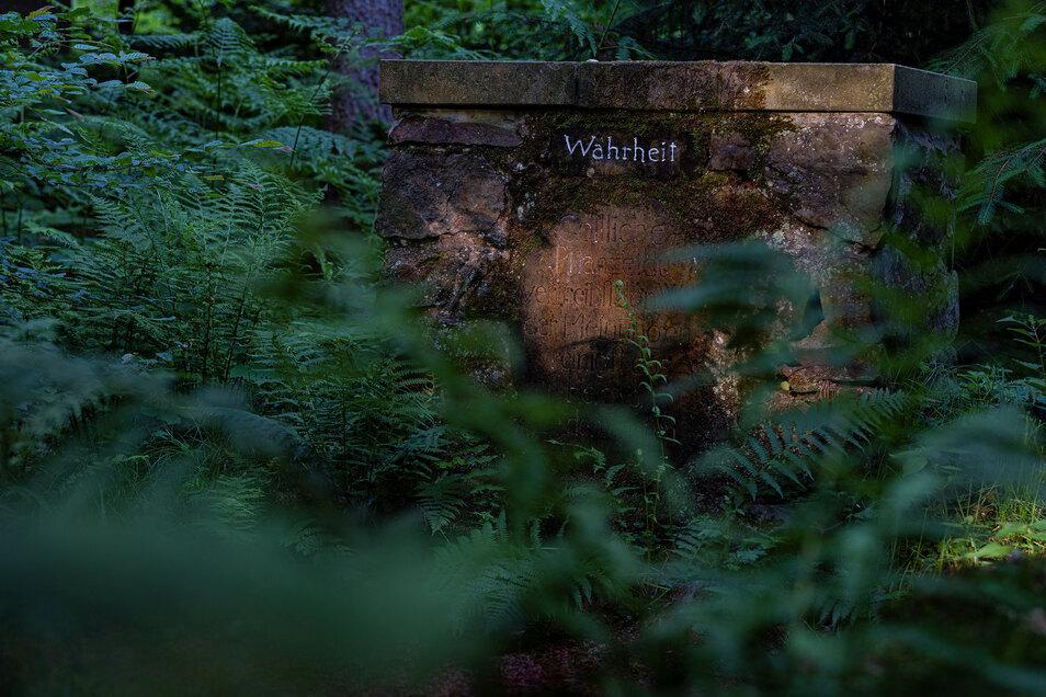 """Im gut besuchten Seifersdorfer Tal findet man etwas abseits des Weges vergessene Orte. So wie die """"Ruine der Vergänglichkeit"""", die den romantischen Hang zum Morbiden gut widerspiegelt. Den findet man auch in den romantischen Werken der Literatur und Musik"""