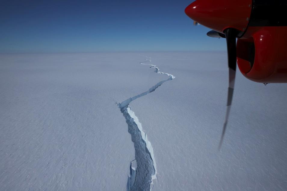 Ein riesiger Riss zieht sich durch das Brunt-Schelfeis. Zuletzt verlängerte er sich um bis zu einen Kilometer pro Tag. Am 26. Februar löste sich dann ein gigantischer Eisberg von der 150 Meter dicken Eisschicht am Rande der Antarktis.