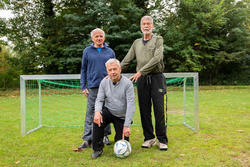 Siegfried Schoppa (l.) und Harald Mattke (r.) sind beide schon 80 Jahre und spielen mit Klaus Härtel (69), ehemals Stahl Riesa, jetzt Geh-Fußball beim GFV.
