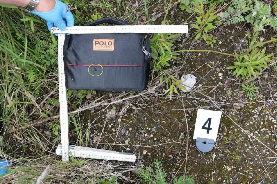Akribisch sichern und protokollieren die Kriminalisten jedes Detail - hier die Fototasche, in die einer der Täter geschossen hat.