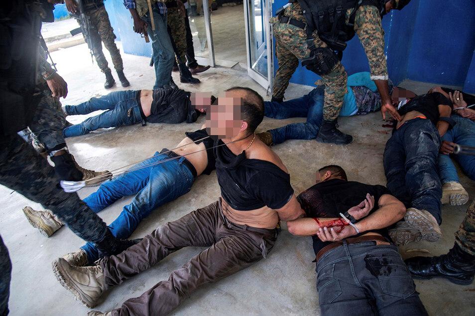 Festgenommene Verdächtige in der Generaldirektion der Polizei in Port-au-Prince, Haiti. Die mutmaßlichen Verantwortlichen für die Ermordung von Moïse sollen ehemalige Angehörige der kolumbianischen Armee sein.