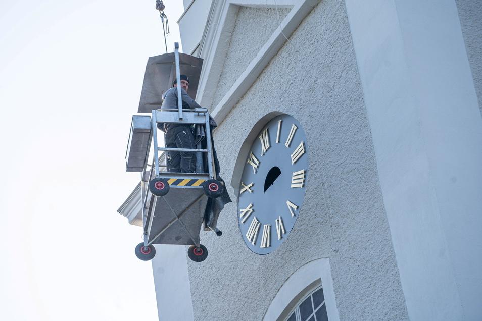 Am 3. September wurden Uhr und Ziffernblätter wieder angebracht. Doch die Zeiger fehlen noch.
