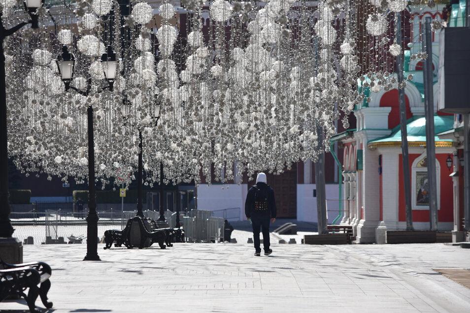 Kaum Menschen sind derzeit in der beliebten Touristenmeile in der russischen Hauptstadt Moskau zu sehen, die zum Roten Platz führt. Normalerweise laufen Passanten mitunter dicht gedrängt die Nikolskaja Straße auf und ab.
