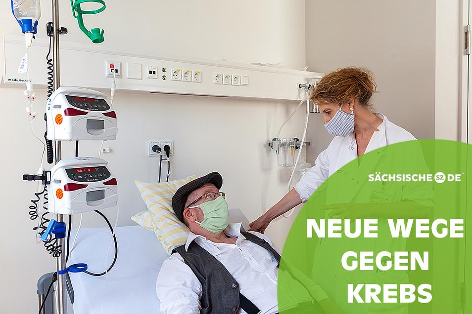 Geht es Ihnen gut, Herr Jatzlauk? Professorin Friedegund Meier, Leiterin des Hauttumorzentrums am Nationalen Centrum für Tumorkrankheiten Dresden, nutzt die Zeit der Infusion für ein paar persönliche Worte mit dem Patienten aus Babow bei Cottbus.