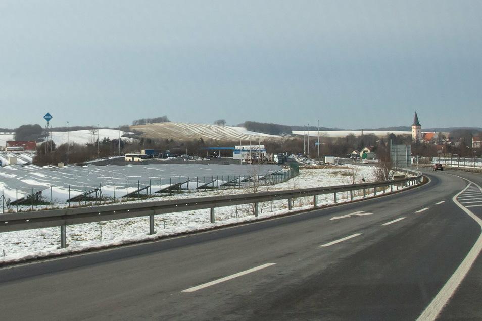 An der Kodersdorfer Aral-Tankstelle, links im Bild, soll Freitag ein Testzentrum für Corona öffnen.