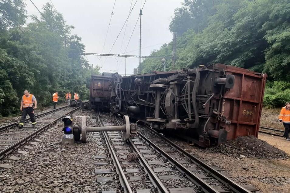 15 Kilometer nordwestlich von Prag ist ein Güterzug entgleist.