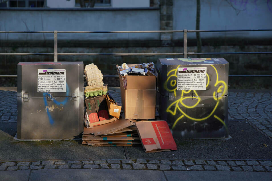Pappe neben den Container zu legen, kann teuer werden - selbst dann, wenn die Behälter überfüllt sind.