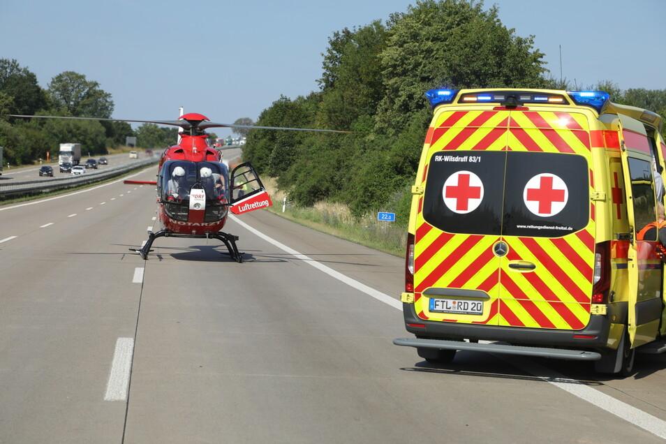 Ein Rettungshubschrauber brachte den Notarzt an die Unfallstelle auf der Autobahn.