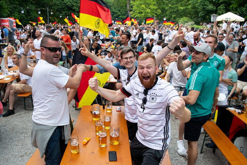 Fans jubeln ohne den coronabedingten Abstand im Biergarten Hirschau über das Tor zum 1:4.