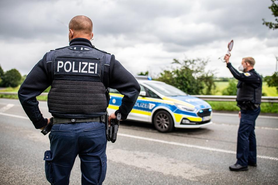 Die Polizei hat am Sonntag mit Kontrollen der verschärften Testpflicht für Reiserückkehrer begonnen.