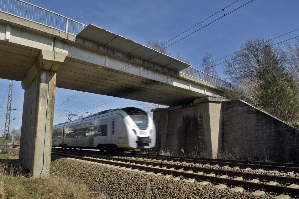 Die Brücke über die Bahn in Gärtitz müsste eigentlich neu gebaut werden. Weil das noch dauert, ist eine Notinstandsetzung geplant.