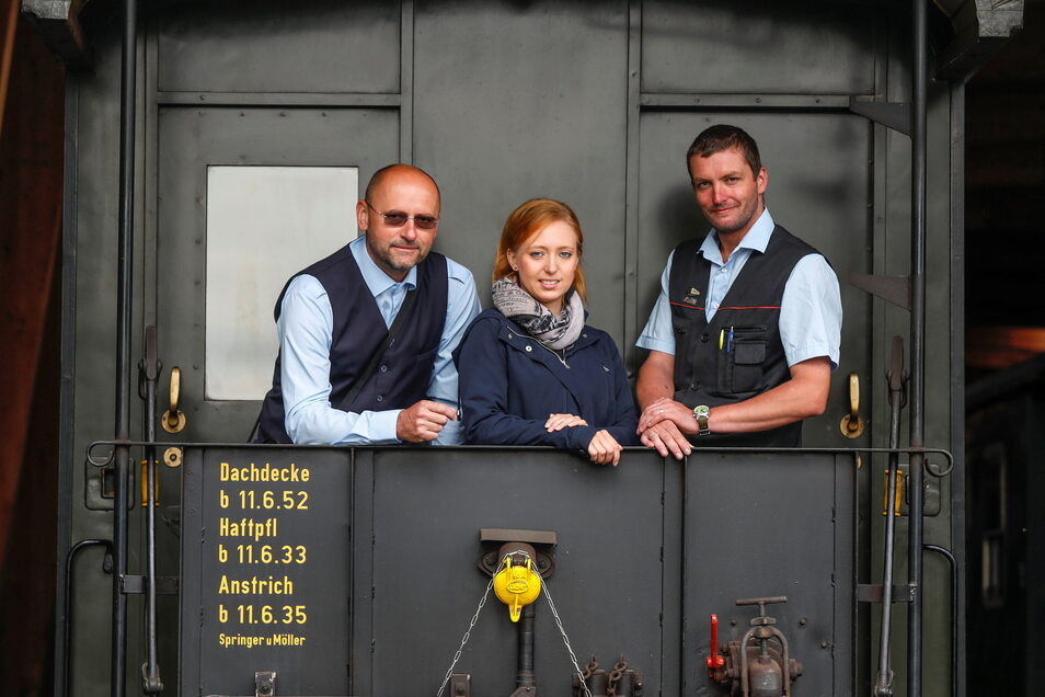 Soeg-Betriebsleiterin Nicole Altenkirch freut sich, dass Michal Hocke (links) und Stephan Mehlhorn (rechts) nach ihrer Ausbildung zum Zugführer die Zittauer Schmalspurbahn verstärken.