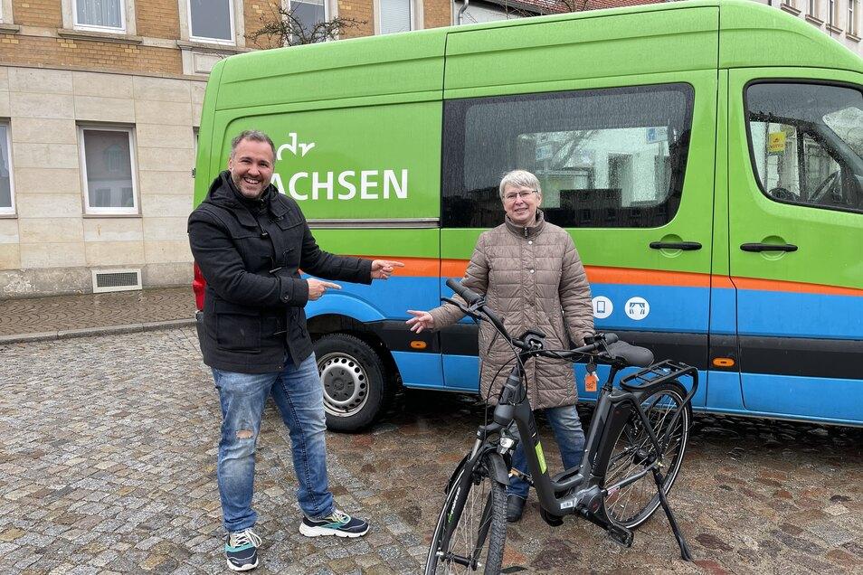 Andrea Kutzsche hat Glück gehabt und ein E-Bike gewonnen. Das brachte Radio-Moderator Silvio Zschage persönlich vorbei.