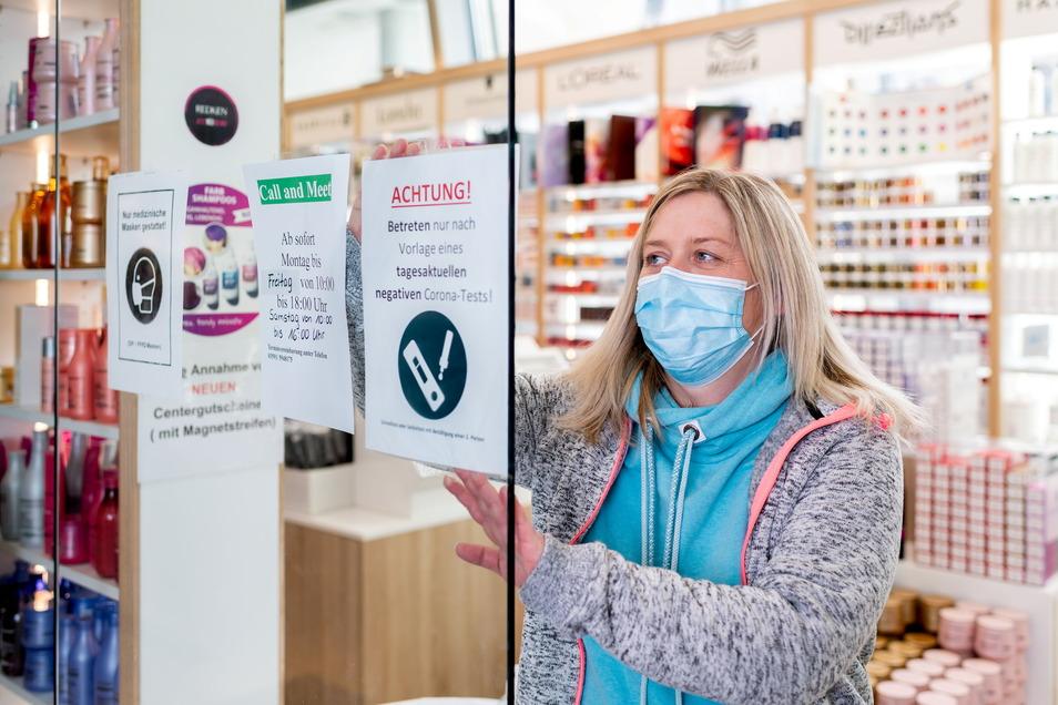 Jana Toppe vom Hairshop 13 ist am Dienstagvormittag vorbereitet. Ohne negativen Selbsttest darf kein Kunde den Laden betreten. Ein Schild am Eingang weist darauf hin.