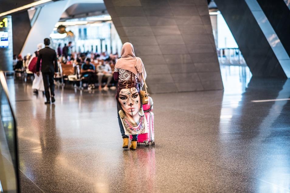 Eine Frau am Flughafen Doha (Symbolfoto).
