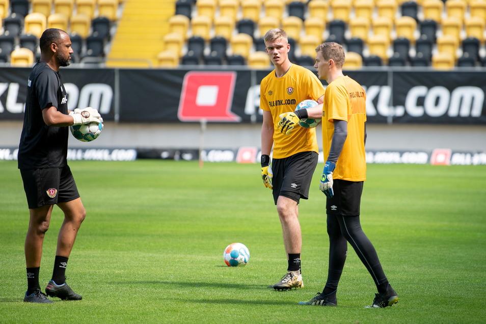 Torwart-Coach David Yelldell (l.) arbeitet mit Jannis Maul (M.), der aus der U17 derzeit zu den Profis aufgerückt ist, und dem Russen Anton Mitryushkin, der zur Probe mittrainiert.