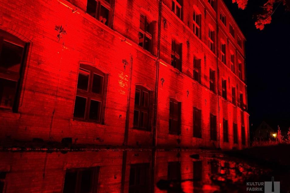 Die Kulturfabrik Schönbach zeigt sich in der Signalfarbe rot.