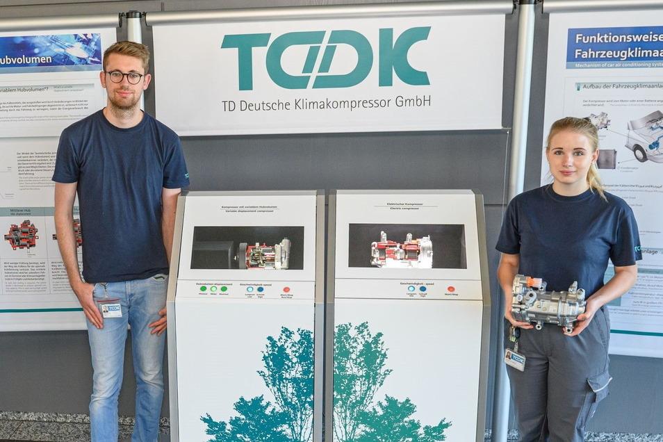 Ingenieurstudent Franz Jurjanz und Mechatronik-Azubi Patricia Gesellmann stellen am Sonnabend beim öffentlichen TDDK-Azubitag das von ihnen selbst gebaute Modell eines Elektrokompressors vor.