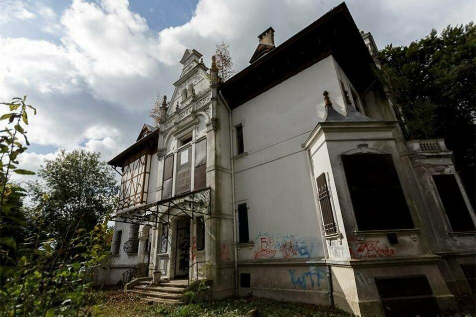 ...auch das Äußere ist trotz Graffiti-Schmierereien weiter imposant. Nun hoffen die neuen Eigentümer, dass sie ihre Sanierungspläne verwirklichen können.
