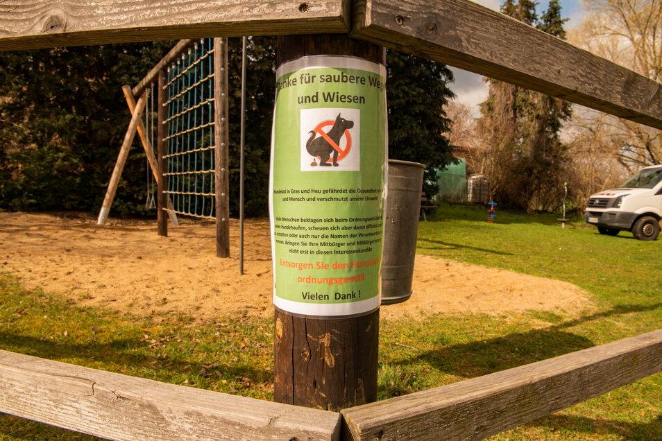 """In Skassa gibt es an mehreren Standorten Schilder, die auf die Pflicht von Hundehaltern hinweisen. Trotzdem gibt es auch hier immer wieder """"Spielverderber""""."""