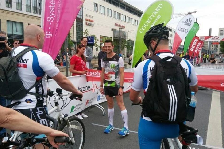 Alle Augen sind auf ihn gerichtet: Rückwärts-Läufer Thomas Dold vor dem Start auf der Wilsdruffer Straße.