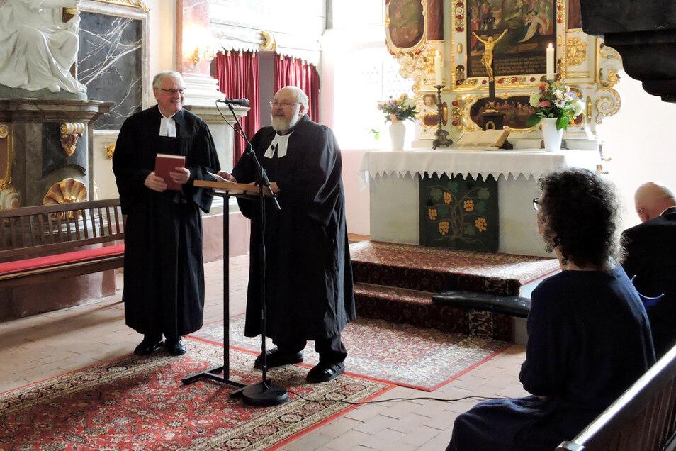 Eine würdige Verabschiedung erlebte Gemeindepfarrer Matthias Gnüchtel (r.) am Sonntag in Uhyst (Spree). Superintendent Dr. Thomas Koppel (l.) ist dankbar für das 40-jährige Wirken des Pfarrers.