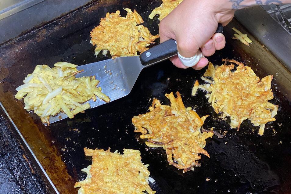 Taler in einer Pfanne mit Öl in gewünschter Größe golden bis leicht braun anbraten.