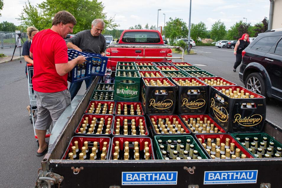 In einer spontanen Aktion haben Ostritzer am Sonnabend das Bier im Supermarkt aufgekauft.