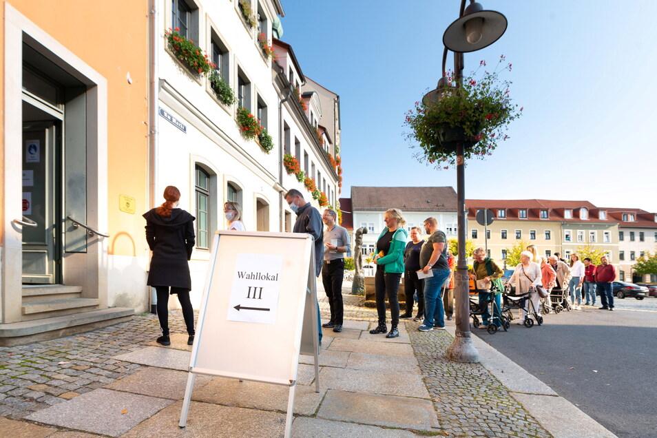 Vor diesem Wahllokal in Radeberg hatte sich am Vormittag eine Schlange gebildet.