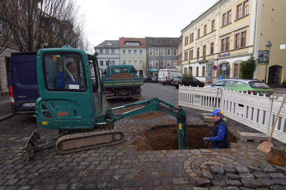 Nachdem auf der Fahrbahn der Döbelner Ritterstraße Wasser ausgetreten ist, suchen die Mitarbeiter der Firma LFT Tiefbau Ostrau nach der Ursache.