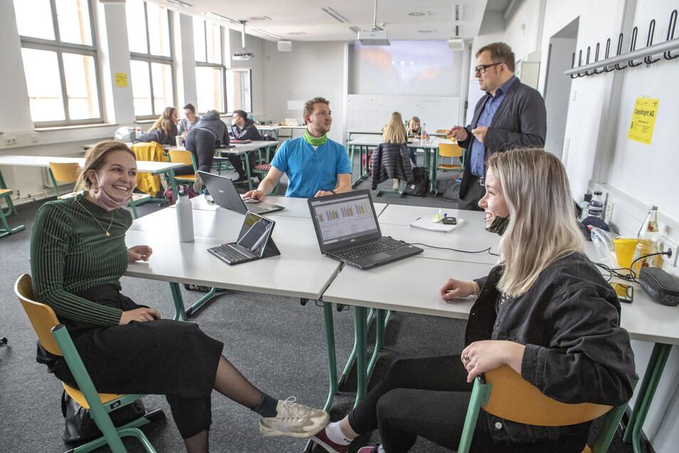 Die Studenten Marie Jähring (l.), Claudia Heinze und Oliver Volk im Gespräch mit Dozent Torsten Forberg. Die Seminargruppe hatte in diesem Semester fast ausschließlich per Videokonferenz Kontakt. Nur wenige Veranstaltungen finden auf dem Campus statt.