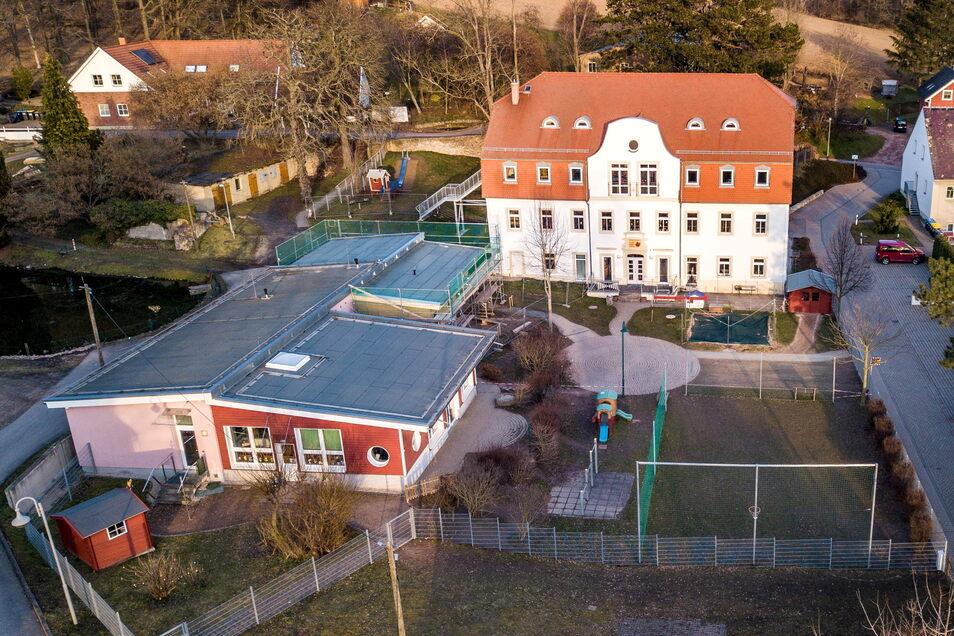 """Das Außengelände der Kita """"Waldspatzen"""" in Lüttewitz wird in den nächsten Monaten neu gestaltet werden. Bürgermeister Immo Barkawitz freut sich, dass dort ein Spielplatz der Zukunft entsteht."""