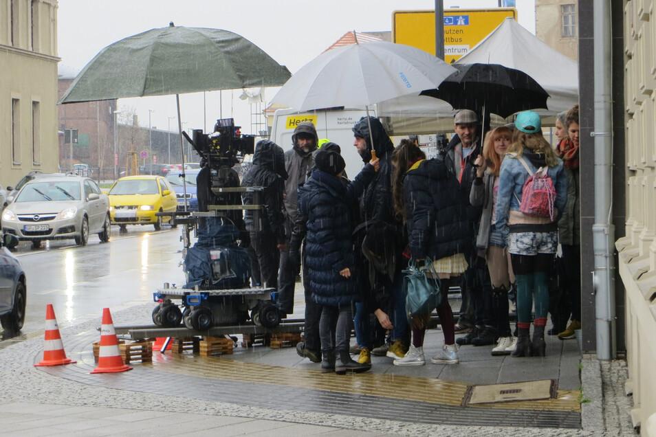 """Drehort Bahnhofstraße: Für den zweiten Teil von """"Wolfsland"""" versammelte sich die Crew 2016 vor dem Landratsamt."""