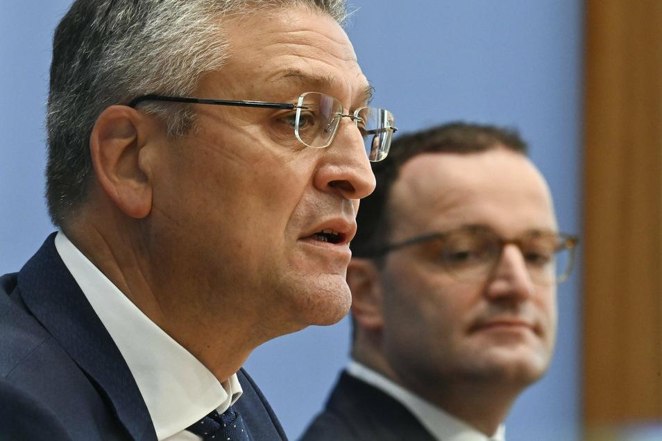 Jens Spahn (CDU, r), Bundesminister für Gesundheit, und Lothar Wieler, Leiter des deutschen Robert-Koch-Instituts (RKI), geben eine gemeinsame Pressekonferenz zur Corona-Lage.