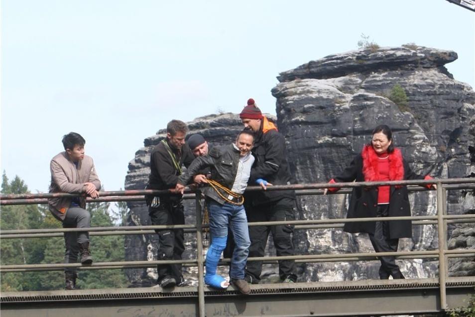 Mit einer am Kran befestigten Kamera wird die dramatische Szene an der Gitterrost-Brücke eingefangen. Kommissar Semir Gerkhan (Erdogan Atalay) wird von der Mafia-Anführerin Ling Ma (Soogi Kang) bedrängt.