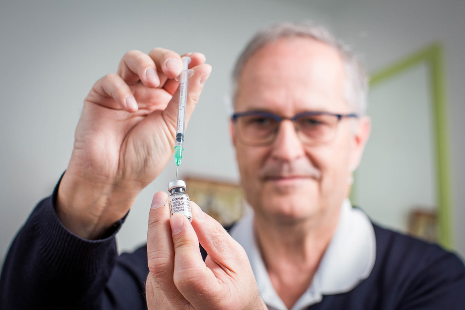 "Hausarzt Dr. Norbert Missel impft in seiner Klotzscher Hausarztpraxis gegen Corona. ""Endlich geht es los"", sagt er."
