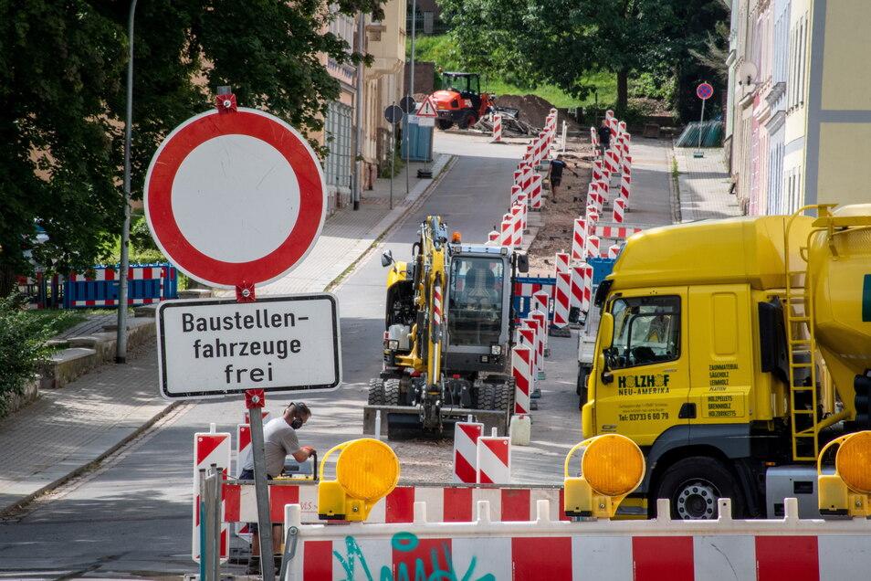 Auf der von der Schillerstraße in Richtung Bahnhofstraße führenden Breitscheidstraße wird derzeit ebenfalls unter Vollsperrung gebaut. Dort hat die Veolia Wasser GmbH eine neue Trinkwasserleitung verlegen lassen. Von Dienstag an wird der Asphalt aufgebrac