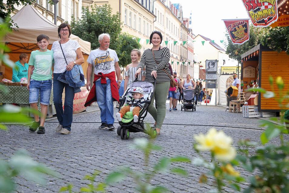 """Noch ist Bewegungsfreiheit auf den Straßen der Innenstadt: Die Riesaer Familie Wandelt ist bereits am Nachmittag unterwegs. """"Wir wohnen hier und wollten noch vor der Eröffnung, bevor der große Andrang losgeht, mal schauen, wo was ist."""""""