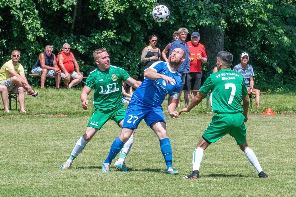 Kapitän Stephan Krondorf (Mitte) eröffnete für den Roßweiner SV mit einem Strafstoß nach drei Minuten den Torreigen.