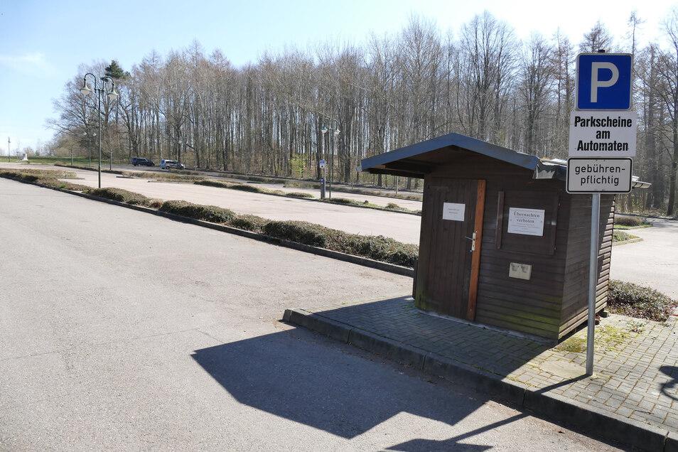 Leere Parkplätze an der Talsperre Kriebstein. Das Ausflugsziel besuchte am sonnigen Sonntag so gut wie kein Besucher. Nur vereinzelt waren Bürger am Gewässer spazieren.