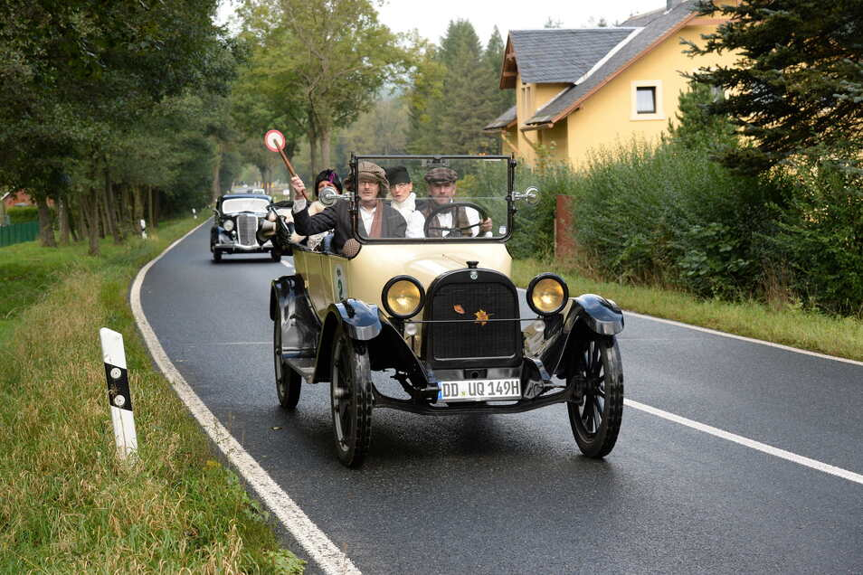 Autos faszinieren die Menschen seit ihrer Erfindung. Hier fuhr bei der 2. Elbflorenz-Rallye ein schönes Auto mit, das aus der Frühzeit dieser Technik stammt.
