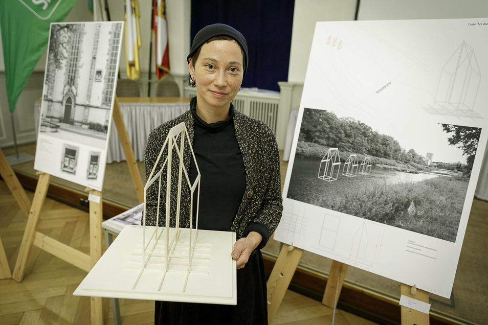 Susanne Hopmann:Ich will drei Hausfragmente aus poliertem Edelstahl in der Neiße errichten, durch die der Fluss fließt. Jedes Haus wird drei Meter groß sein. Je nach Wasserstand werden sie zum Teil im Fluss versinken, aber niemals ganz verschwinden.
