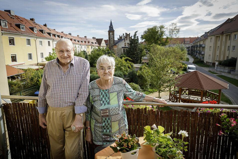 Sie leben im Frauenburgkarree: Die Eheleute Heinz und Marianne Konrad stehen auf ihrem Balkon in der Johann-Haß-Straße in der Görlitzer Südstadt.