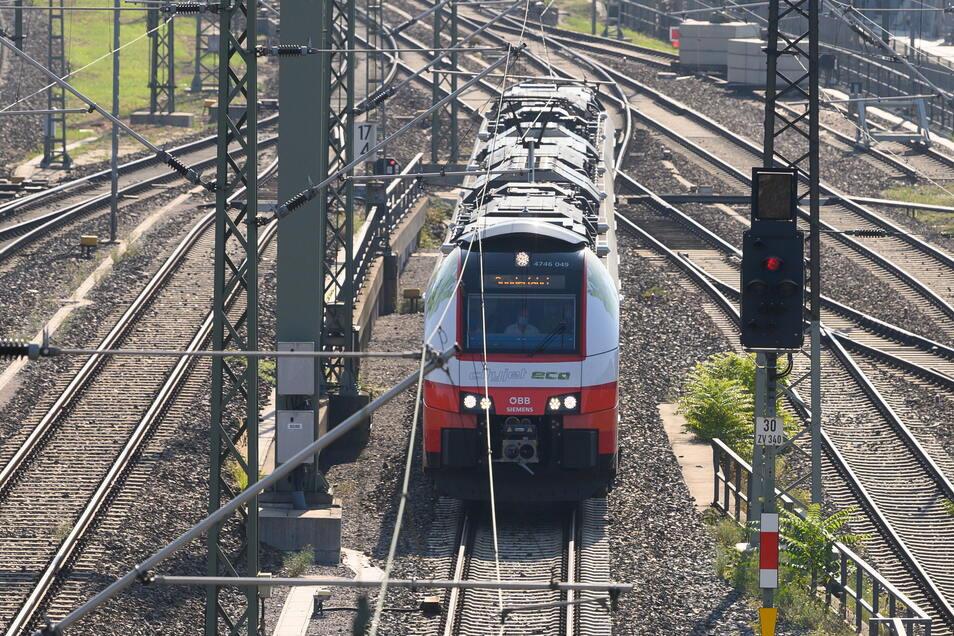 In Österreich regulär in Betrieb, in Sachsen noch Zukunftsmusik: ein Siemens-Batteriezug vom Typ Desiro ML – vor einem Jahr ausgeliehen für eine Testfahrt des VVO von Dresden nach Königsbrück.
