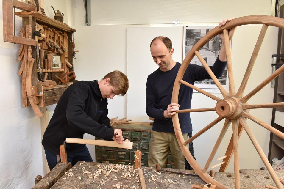Zum 20. Tag des traditionellen Handwerks im vergangenen Jahr konnten sich Besucher in der historischen Werkstatt von Peter Stenzel selbst ausprobieren.